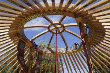Het wiel en de stokken met prachtig houtsnijwerk