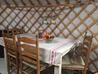 De tafel met stoelen in de Yurt